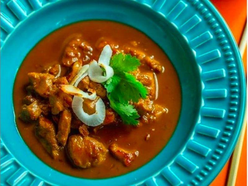O delicioso Thit Kho To do Bia Hoi.