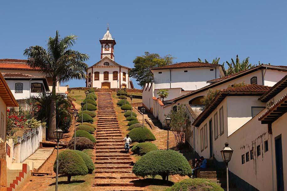 Escadaria e igreja ao fundo, em Serro, Minas Gerais