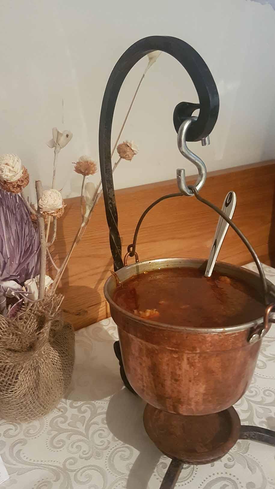 caldo de carne típico da eslovênia, servido num balde