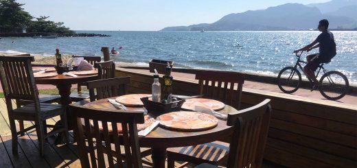 vista para o mar de restaurante de ilhabela, em são paulo